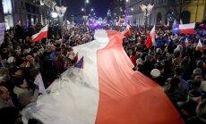 Foto: Polijā tūkstošiem cilvēku protestē pret tiesu sistēmas reformām