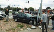 Foto: Piedzēries 'Mercedes' šoferis ietriecas apgaismes stabā