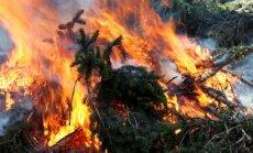 Mācību laikā Ādažu poligonā izcēlies ugunsgrēks - aizdedzies arī mežs