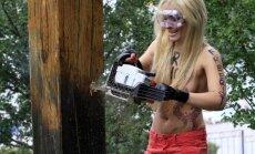 Kailās FEMEN meitenes nozāģē piemiņas krustu