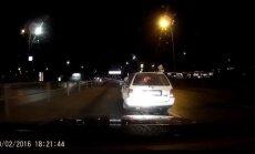 Video: Autovadītājs vairākkārt, iespējams, apzināti mēģina izraisīt avāriju