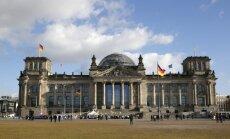 Par nacistu sveiciena izmantošanu pie parlamenta ēkas Berlīnē aizturēti Ķīnas tūristi