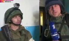 Krievijas TV parāda, kā kaujinieki no dzīvojamās ēkas apšauda Ukrainas spēkus