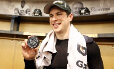 Sidney Crosby poses with 1000th career NHL point