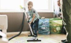 Psiholoģe iesaka, kā pavasara tīrīšanā iesaistīt bērnus