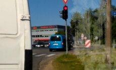 Video: Autovadītājs Ķekavas novadā bezkaunīgi šķērso krustojumu pie sarkanās gaismas