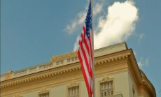 Kerijs oficiāli atklāj ASV vēstniecību Havanā