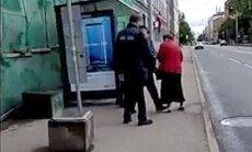 Video: Rīgas satiksmes darbinieks izprovocē sievieti, uzkāpjot uz kājas