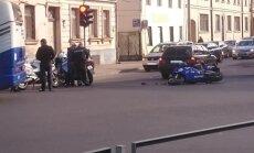 Gogoļa ielā automašīna 'BMW' notriec motociklistu