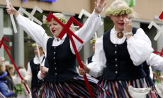 1902 участвующих в Празднике песни коллектива провели масштабное шествие по Риге