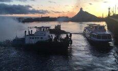 Video: Zem Akmens tilta Rīgā avarē kuģītis
