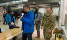 Foto: Igaunijas zemessargi un ASV karavīri izrāda moderno 'Javelin' un citus ieročus