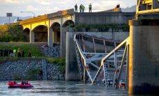 ASV sabrucis tilts; ūdenī iekrituši cilvēki un automašīnas (+FOTO)