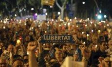 Foto: Tūkstošiem katalāņu protestē pret separātistu līderu apcietināšanu