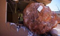Milzīgs klints gabals sadragā māju un ievaino saimnieci ASV