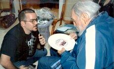 Kuba publicējusi jaunas fotogrāfijas, kurās Fidels Kastro aplūko lietas