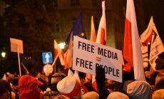 Polijā un Ungārijā sabrūk demokrātija, brīdina 'Freedom House'