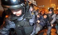 Krievijā aiztur opozīcijas pārstāvi un mītiņotājus; novērotāji ziņo par plašiem vēlēšanu pārkāpumiem