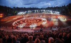 Foto: Vērienīgais deju uzvedums 'Lec, saulīte!' Mežaparkā vieno tūkstošiem dejotāju