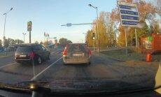 Video: 'Volvo' Jelgavā sarīko sacīkstes un veic dīvainus manevrus
