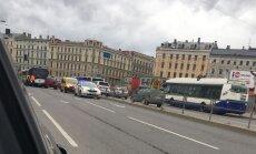 Pie 'Origo' saskrienas satiksmes autobuss un apvidus auto