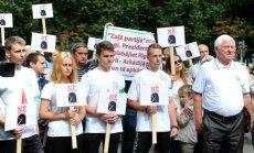 Foto: Kā pie valdības mājas pret Āgenskalna izrakņāšanu piketēja