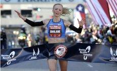 Amerikāniete valsts rekorda labošanai lūdz divu skrējēju-vīriešu palīdzību