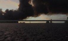 Melni dūmi virs Jūrmalas: liesmu pārņemtā izgāztuve no putna lidojuma