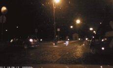 Lasītāja video: Kuram priekšroka, veicot kreiso pagriezienu pāri tramvaja sliedēm?
