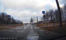Video: Kā 'ieekonomēt' laiku, traucoties pie sarkanās gaismas Rīgā