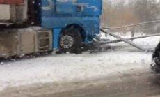 Video: Uz sniegotas ielas Iecavā avarē kravas auto