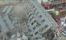 Taivānā no gaisa nofilmēta zemestrīcē sagāzusies 17 stāvu māja