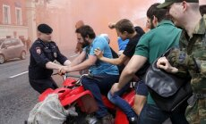 Foto: Homofobi un policija Maskavā uzbrūk neatļauta praida dalībniekiem