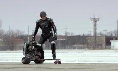 Dolfs Lundgrēns brauc 'Ford' dzinēja darbināmu ar skrituļdēli