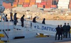 Foto: Valensijas ostā ierodas kuģi ar 630 migrantiem