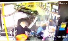 Video: ASV pikaps ielido satiksmes autobusa salonā