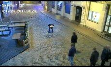 Beļģim par plika dibena izrādīšanu Rīgas ielās piemēro naudas sodu