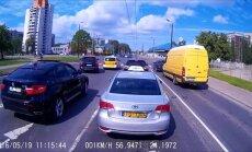 ВИДЕО: Porsche Cayenne и BMW X6 соревнуются в крутизне в центре Риги