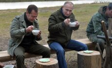 Foto: Putins ar biedru Medvedevu svaigā gaisā bauda zivju zupu