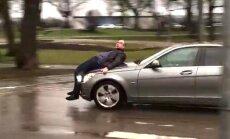 Drāma Ausekļa ielā: strīda karstumā vīrietis uzlec uz dāmas auto pārsega