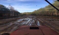 ВИДЕО: Читатель пересел в трактор. А вы бы рискнули проехать по этой дороге на машине?