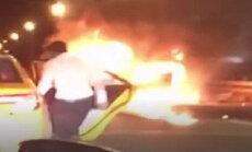 Vīrietis avārijas vietu Ņujorkā pamet taksometrā, ļaujot pasažierei sadegt automašīnā