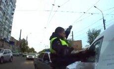 Popularitāti gūst video ar lunkanu krievu policistu - 'kung fu meistaru'