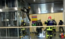 Liftu uzstādītājs: apstāšanos starp stāviem var izraisīt pārsniegts cilvēku skaits