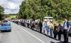 Foto: Filmai rekonstruētais Baltijas ceļš pulcējis rekordlielu dalībnieku skaitu