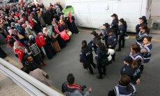 Turcijas policija ar spēku ielauzusies valdību kritizējošas mediju grupas birojā