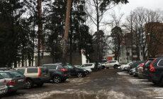 ФОТО: Ямы, наполненные жижей. Читательницу шокировало состояние парковки в Детской клинической больнице
