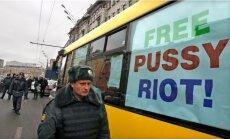 Igaunijas pilsētā Narvā vietējie iedzīvotāji norauj milzu plakātu 'Pussy Riot' atbalstam