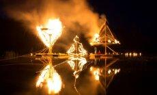 Foto: Saulgriežu naktī ezera krastā aizdedzina uguns skulptūras