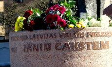 Foto: Čakstes nāves dienā pie viņa pieminekļa Jelgavā gulst ziedi